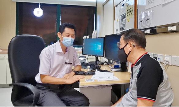 有了自行监测仪,患者定期检测并记录病情,也能让医生更好地了解,并为病患提出建议。(新加坡保健服务集团综合诊疗所提供)