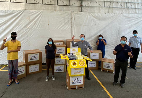 Staf Poliklinik SingHealth derma 1,700 pakaian, tuala kepada pekerja asing