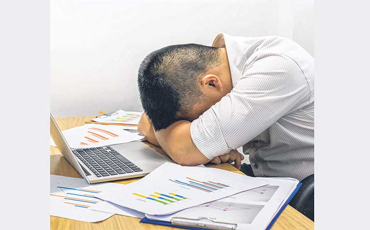 lack sleep on weekdays, according to a study by SingHealth Polyclinics. They had less than seven hours of rest a night. Meanwhile, 26 per cent failed to clock enough sleep on weekends.